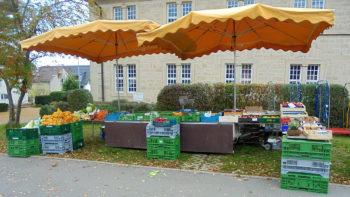Verkaufsstand Wochenmarkt - Gemüse und Früchte